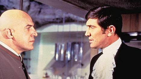 Ernst Stavro Blofeld (Telly Savalas) tapasi George Lazenby -kasvoisen James Bondin vain yhdessä elokuvassa, 007 –Hänen majesteettinsa salaisessa palveluksessa (la 18.4. Nelonen klo 21.30).
