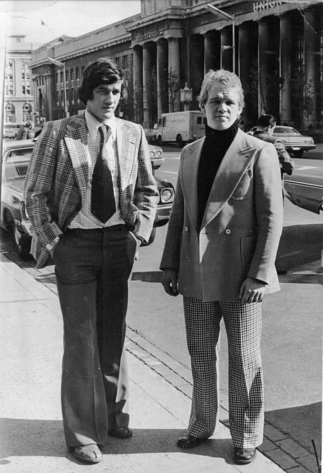 Miehemme maailmalla vuonna 1975. Taustalla Toronton Union Station -rautatieasema.