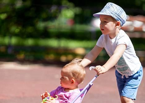 Nelivuotias lapsenlapsi ei arvostanut mummin rattaidentyöntötaitoja.
