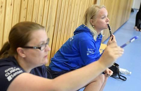 Valmentajat Teija Kukkala (vas.) ja Titta Heikkilä seurasivat harjoituksia Lohjalla toukokuussa 2018.