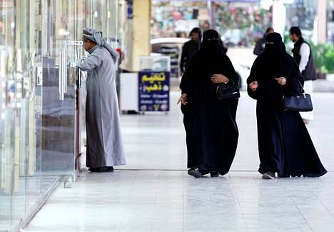 Saudi-Arabiassa naisten on käytettävä kaduilla koko vartalon ja pään peittävää kaapua.