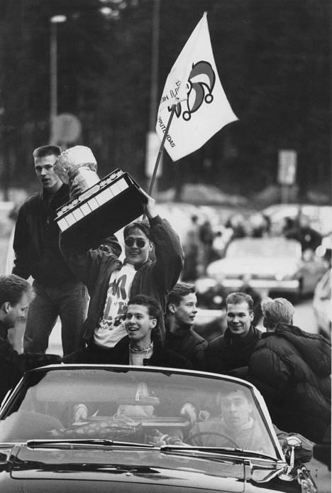 Teemu Selänne oli fanien suursuosikki. Kuvassa Selänteellä käsissään mestaruuspokaali kevään 1992 juhlissa.