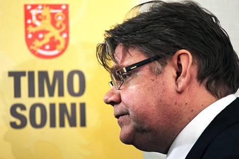 Timo Soini vuonna 2011 esittelemässä tuolloista vaalikampanjaansa.