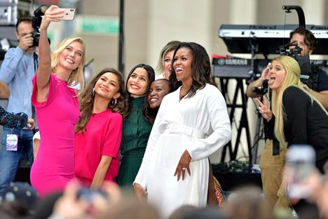 Pinto on aktiivinen naisten oikeuksien puolestapuhuja. Lokakuussa hän osallistui kansainväliseen tyttöjen päivään yhdessä Michele Obaman (oik.) sekä muiden julkisuudesta tuttujen naisien kanssa.