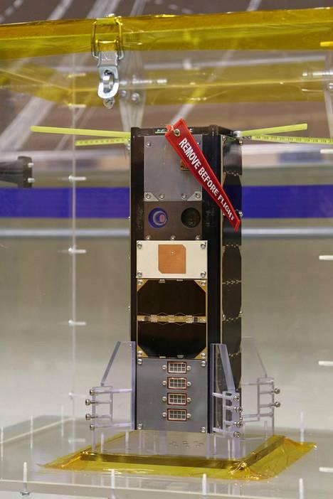 Aalto-1 esiteltiin keskiviikkona Aalto-yliopiston sähkötekniikan korkeakoulussa Espoossa. Se oli lukitussa pleksilaatikossa suojassa epäpuhtauksilta.