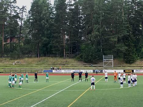 Grankulla IFK:n (vihreät paidat) ja FC Espoon pelaajat olivat molempien joukkueiden esittämien muistosanojen aikaan ryhmittäytyneet keskiympyrään.