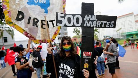 500 000 kuolemaa, luki mielenosoittajan ristissä Cuiabassa.