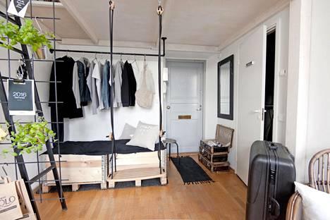 Vaikka kaupunkikämpässä on tilaa vain 25 neliötä, sinne tuovat avaruutta parvi ja matkalaukut, jotka korvaavat hyllyt ja kaapit.