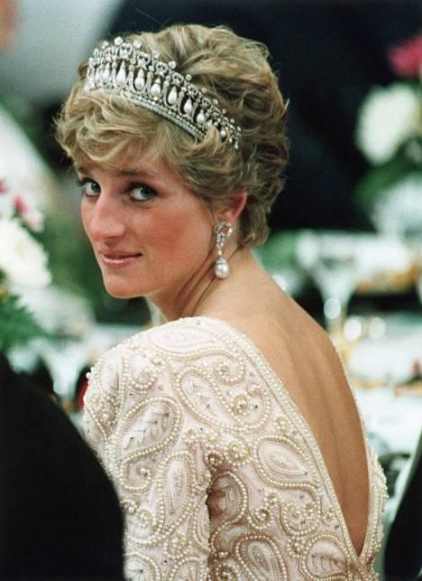 Diana luotti hääpäivänään Hermesin 24 Faubourg Eau de Parfum -tuoksuun.