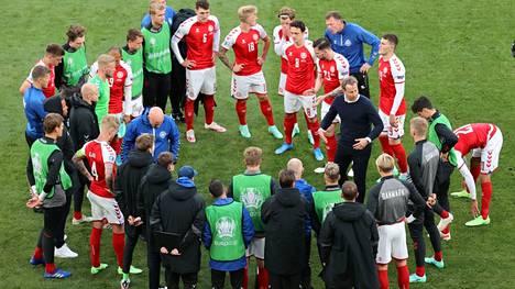Kasper Hjulmand (piirin keskellä oikealla) puhui pelaajilleen ottelun tauolla.