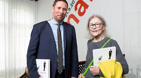 Vuokko-vaatemerkin perustaja, akateemikko Vuokko Nurmesniemi tapasi näyttelyn avajaisissa entisen kulttuuriministeri Paavo Arhinmäen. Ilmari Tapiovaara on kaikkein merkittävimpiä muotoilijoita, Paavo Arhinmäki kehui.