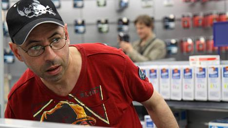 Ohjaaja Mihail Brashinskin (kuvassa) mukaan Shopping Tour -kauhukomedian Gigantti-kohtaukset kuvattiin salaa.