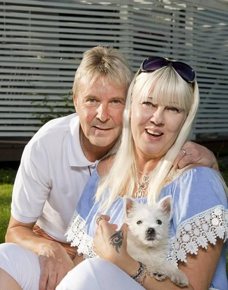 Onnellinen aviopari hymyili kameralle Lappeenrannassa kesällä 2017.