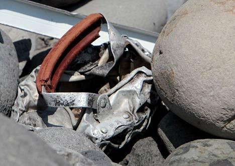Reunionin saarelta on löydetty useita esineitä, joiden yhteyttä kadonneeseen MH370-lentoon on tutkittu. Muun muassa tällainen kahva löytyi rantakivikosta. Viranomaisten mukaan yksikään sunnuntaina löydetyistä romuista ei ole MH370:stä.