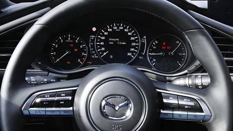 Kuvassa uuden Mazda3:n mittaristo. Nopeusrajoituksen tunnistus 90 km/h näkyy nopeusmittarinäytöstä vasemmalle yläviistoon.