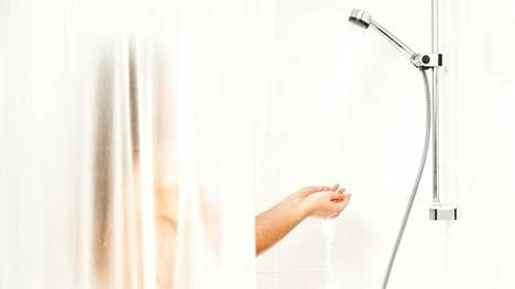 Miksi suihkuverho lähentelee?