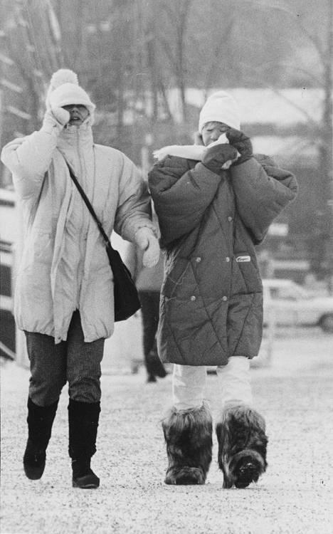 Ihmiset peittelivät kasvojaan tammikuussa 1987.