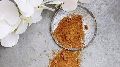 Kookospalmusokeri on kauniin ruskeaa väriltään. Se ei kuitenkaan maistu yhtään kookokselta.