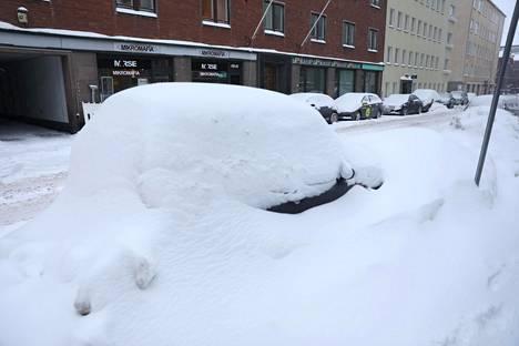 Lumikasan piilottama henkilöauto.
