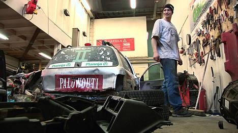 Miikka Vesa purkaa autoa, jonka osia käytetään uuden auton rakentamiseksi Justin Bieberin etkoille.