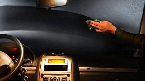 Moni autoilija unohtaa ikkunoiden sisäpintojen puhdistamisen jopa kokonaan. Pidemmän päälle lasipinnoille kertyy kuitenkin aina pölyä ja muuta likaa, jotka yhdessä muodostavat sumentavan kalvon