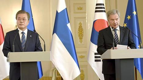 Sauli Niinistö ja Etelä-Korean presidentti Moon Jae-in pitivät lehdistötilaisuuden Presidentinlinnassa.