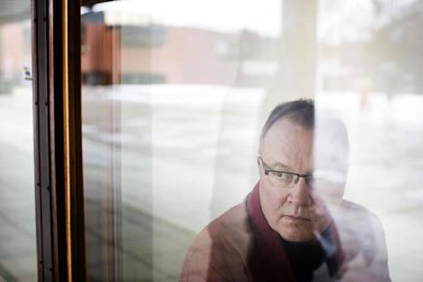 """Fysiikan professori Tapio Ala-Nissilä ei kutsu sähkömagneettisen säteilyn terveysvaikutuksista varoittelevia """"oikeiksi asiantuntijoiksi""""."""