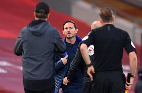 Chelsea-luotsi Frank Lampard käski häntä rauhoitellutta Liverpoolin valmentajaa kovasanaisesti muun muassa istumaan, ja ilmoitti itse seisovansa, jos häntä niin huvittaa.