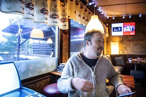 """Sipoon puolella lähellä Helsingin rajaa asuva Kaj Laaksonen kävi lounaalla Östersundomin Pit Stopissa. Hän ei usko, että alueelle ikinä tulee kaavailtuja 100 000 uutta asukasta. """"Sen aika on ohi, että Helsinki laajenee maantieteellisesti."""""""