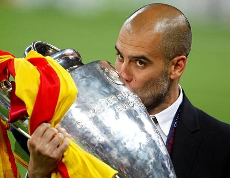 Pep Guardiola suuteli Mestarien liigan pokaalia finaalivoiton jälkeen 2011. Nyt pusuttelu voi jäädä pariksi vuodeksi tauolle, jos tämän kauden päätteeksi ei tule voittoa.