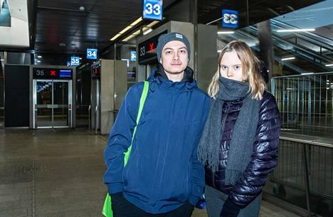 Turusta Helsinkiin bussilla matkustaneet Jami Tse ja Elli Suonpää näyttivät poliisille Uudenmaan rajalla selvityksen matkansa tarkoituksesta.
