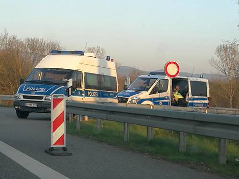 Saksan rajalla oli torstaina jonoa. Rajakontrollissa suomalaisautoilijoilta katsottiin pikaisesti passi.