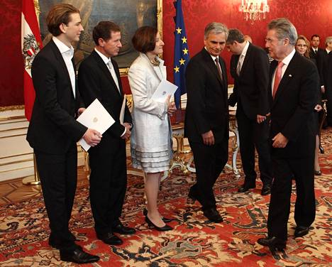 Vuonna 2011 Kurz (vas.) vastaanotti valtiosihteerin tehtävät ja paikan Itävallan hallituksessa.