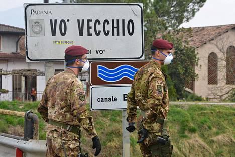Sotilaat partioivat Vòn vanhaankaupunkiin jothtavalla tiellä helmikuun lopussa. Vò ja sitä ympäröivä Veneton alue ovat Italian punaisella epidemiavyöhykkeellä.