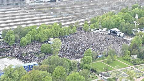 40 000 fania juhli jääkiekon MM-kultaa Helsingin Kaisaniemessä.