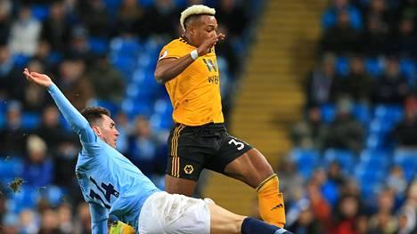 Wolverhamptonin Adama Traore ja Manchester Cityn Aymeric Laporte taistelivat pallosta.