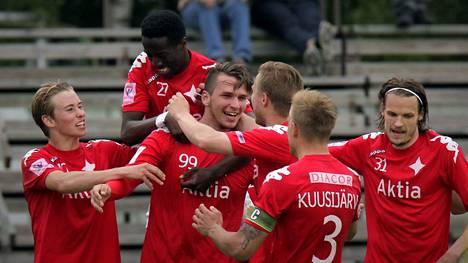 Kastriot Kastrati (kesk.) on aloittanut vahvasti HIFK:ssa.