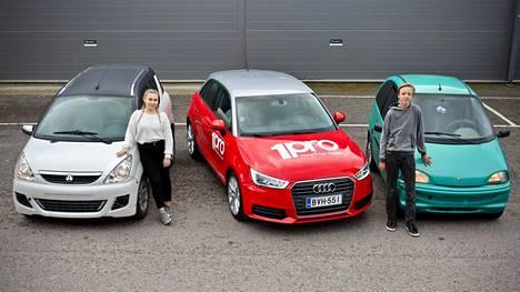 Testikuljettajien mukaan omat mopoautot tuntuivat turvattomammilta kuin Audin nopeusrajoitettu pikkuauto (keskellä). Kuvassa Emilia Taavitsainen ja Samuel Saarinen.