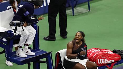 Kuvat ja video kertovat Serena Williamsin valtavasta raivosta – syyttää tuomaria seksismistä, voittaja nosti pokaalin murtuneena