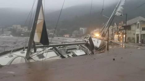 Vene vaurioitui hakatessaan vasten laituria Agia Efimiassa Kefalonian saarella.