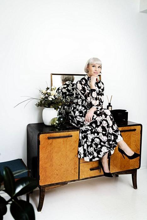 Mustavalkoisen asun Anni suunnitteli itselleen miehensä ystävän talvihäihin. Kangasvalinta tuo hänen mieleensä vintage-Diorin.
