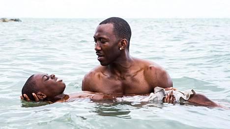 Nuorta Chironia esittää Alex R. Hibbert (vas.). Hänen korvikeisäänsä näyttelee Oscar-ehdokkuuden saanut Mahershala Ali.