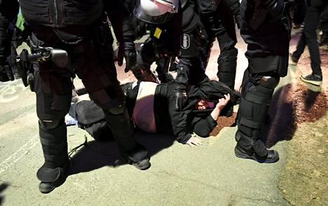 Pohjoismaisen vastarintaliikkeen (PVL) marssin yhteydessä syntyi käsikähmää Helsingissä itsenäisyyspäivänä 6. joulukuuta 2016. Poliisi otti kiinni kaksi miestä.