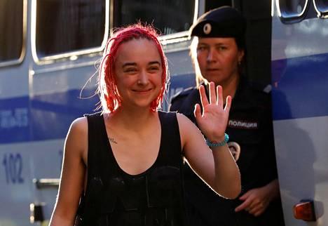Yksi ryhmän jäsenistä Olga Kurachova vapautumassa kahden viikon sellituomion jälkeen.