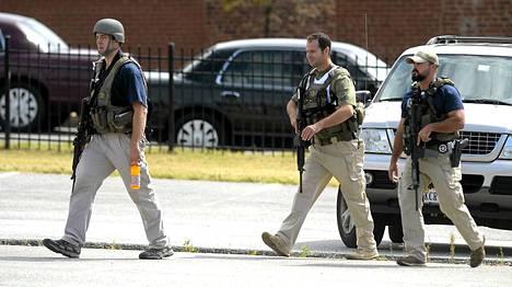 Poliiseja ampumapaikalla.