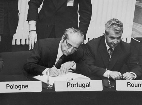 Romanian johtaja, kansantasavallan presidentti Nicolae Ceausescu Helsingissä vuonna 1975. Vieressä Portugalin presidentti Gomes (vas). Ceausescun arvonimiä olivat mm. Karpaattien nero ja Ajatusten Tonava.