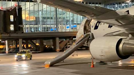 Finnairin koneen hätäliukumäki laukesi perjantai-iltana.