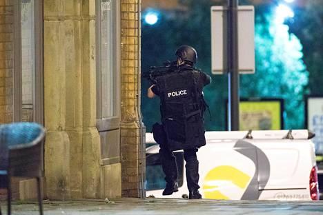 Isku tapahtui Manchesterissa maanantai-illalla. Poliisi yrittää selvittää iskun syytä ja sen tekijöitä.