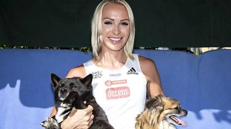 Annimari Korte poseerasi rakkaiden koiriensa Mayan ja Raadin kanssa heinäkuussa lapsuudenkodissaan Kirkkonummen Veikkolassa.