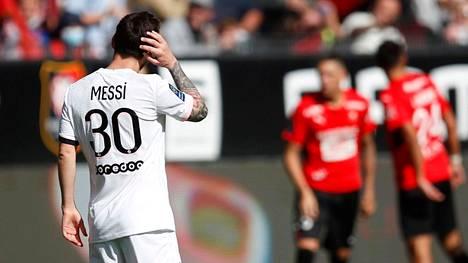 PSG:n Lionel Messi raapi päätään Rennesin toisen maalin jälkeen.